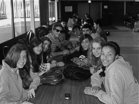 Spanish and American students socialize in the Commons. (Credit: Paula Pedreira Sanmartín)
