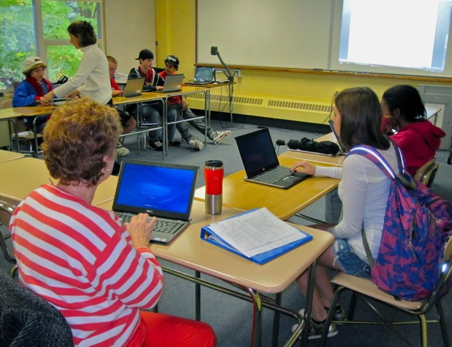 Ms. Goldin's freshmen students work in the writing lab. (Credit: Eli Lord/WSPN)