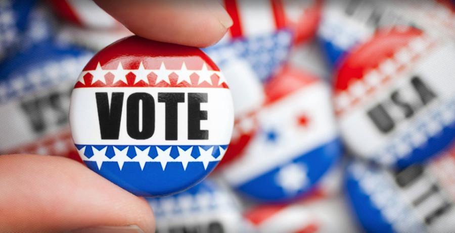 Senior+Elizabeth+Francis+encourages+students+to+vote.+