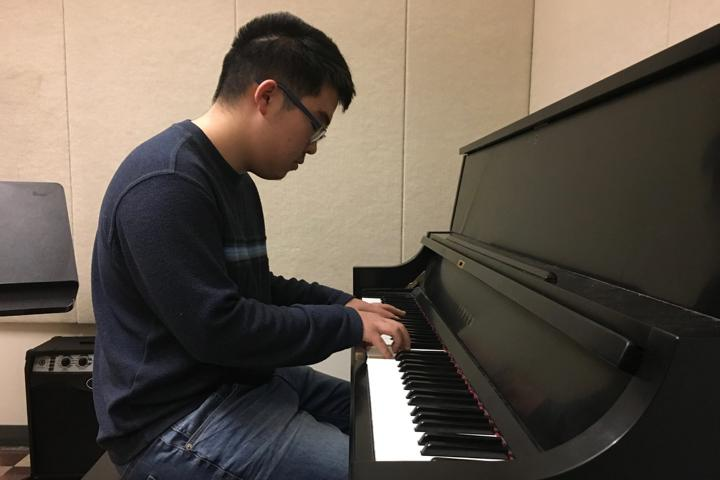 Sophomore+Daniel+Ryu+began+playing+the+piano+at+age+seven+and+comedically+signing+a+year+ago.+Now%2C+he+has+his+own+YouTube+channel+and+recently+performed+at+the+Winter+Week+talent+show.