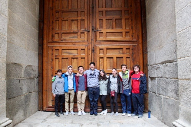 Students+enjoy+the+16th+century+architecture+in+the+%22Palacio+Escorial.%22+From+left+to+right%3A+juniors+Sam+Cahaly%2C+John+Silberman+and+Kevin+Wang%2C+Alvarado%2C+juniors+Samantha+Baron%2C+Jenna+Ferrick%2C+Jack+Jennings+and+Jakob+Simmons.