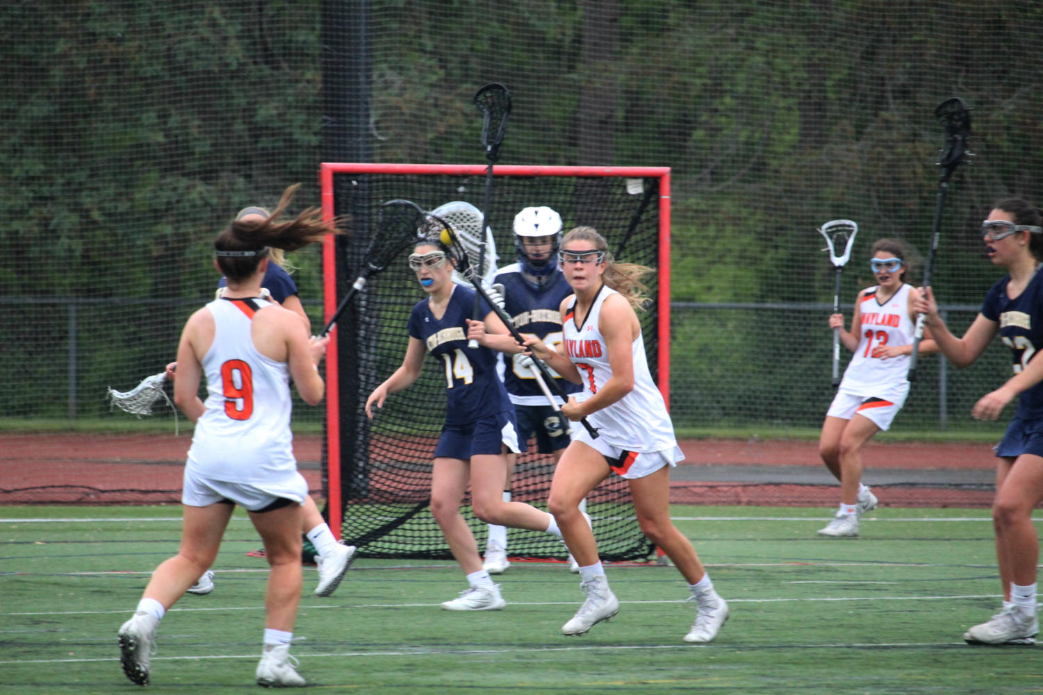 Junior+Caroline+Lampert+scans+the+field+for+an+open+teammate+as+Wayland+gets+closer+to+scoring+another+point.