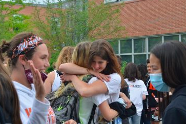 Well miss you, seniors! Seniors celebrate through last day clap out